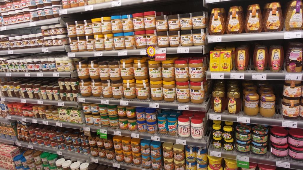 De overvolle schappen van een gloednieuwe supermarkt 2