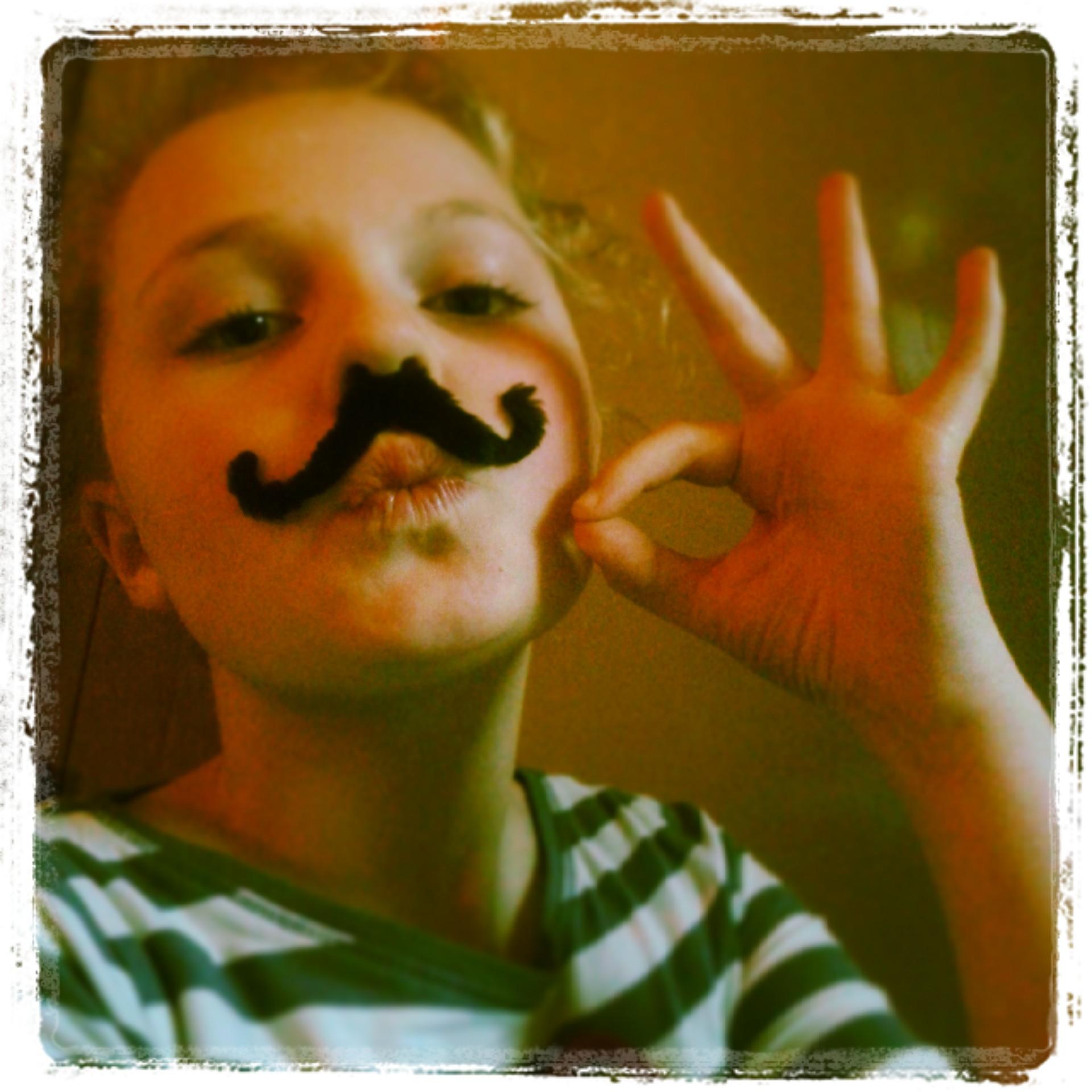 Elisa-Sophie... Monsieur Moustache