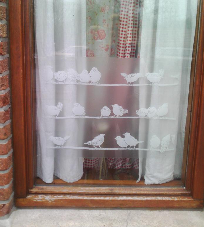 een raam vol mussen