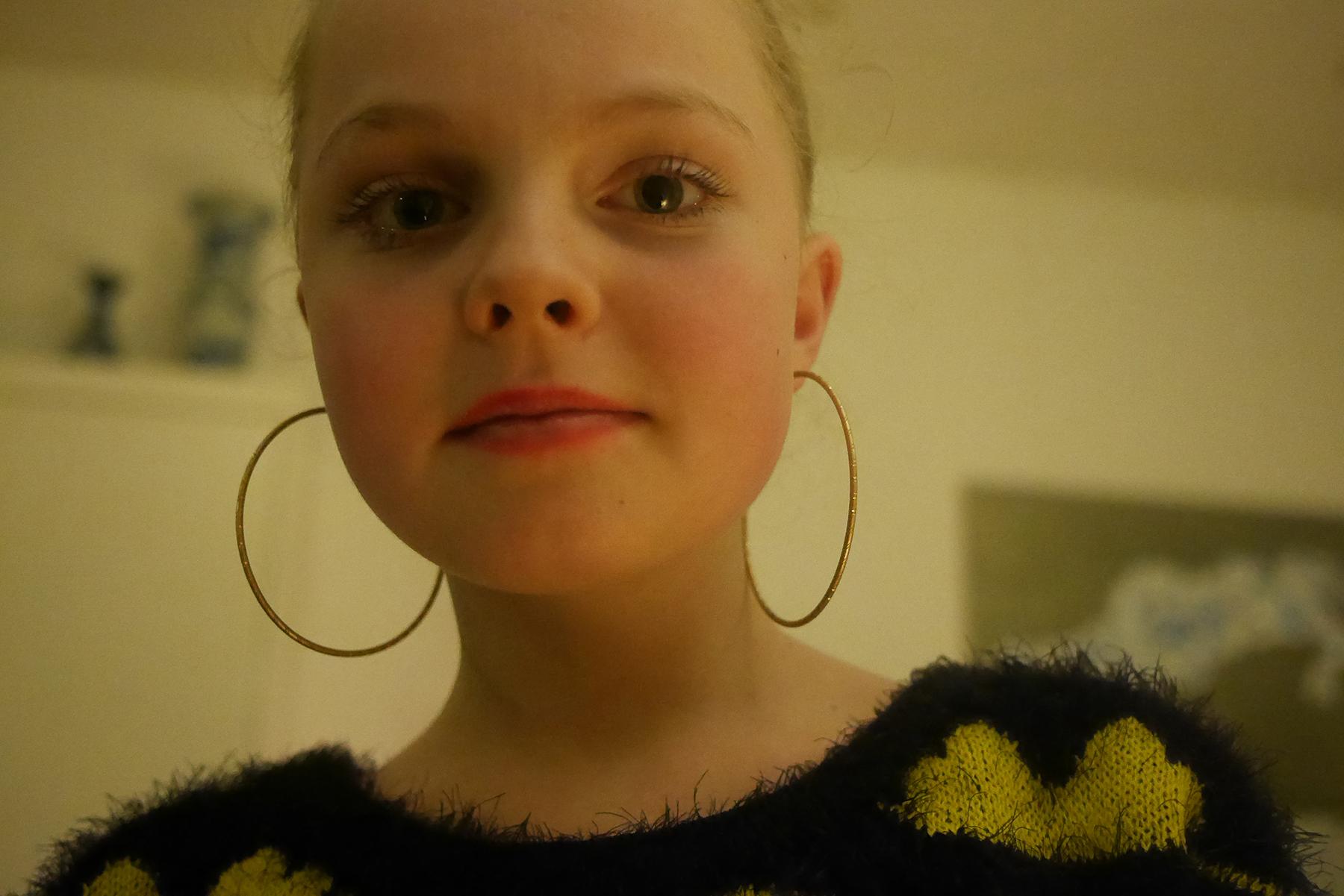 pie met haar mooie oorbellen