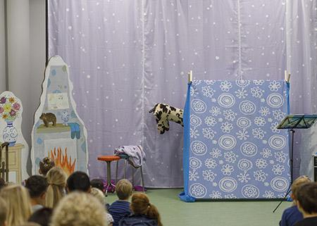 Giraf komt uit de tent tijdens het toneelstuk Reis mee met Giraf