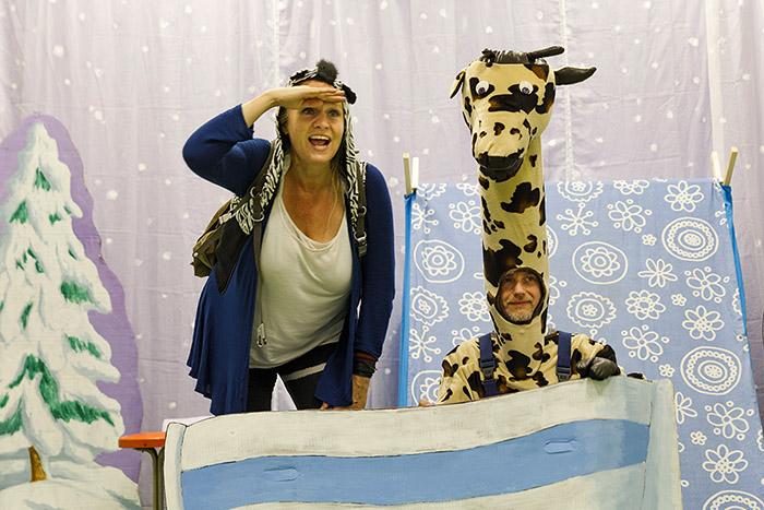 Giraf en zebra reizen met de boot, vervoersmiddel boot
