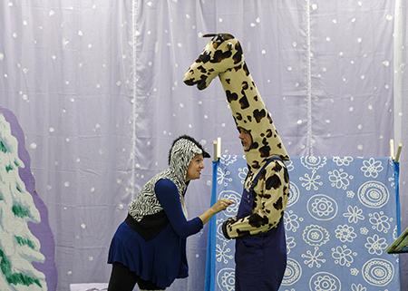 Zebra prikt giraf in zijn buik tijdens de toneelvoorstelling, reis mee met giraf
